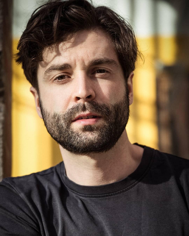 """Boris Popovic wurde in Graz geboren, wo er auch aufwuchs und Schauspiel an der Universität für Musik und Darstellende Kunst studierte. Noch vor Beendigung des Studiums erhielt er ein Festengagement am Landestheater Schwaben in Memmingen, wo er drei Jahre lang fixes Ensemblemitglied war und nebenbei auch sein Studium beendete. 2009 zog Popovic nach Wien, wo er seither lebt und in der freien Szene sowie für Film und TV arbeitet. Unter anderem trat er im Rabenhof, im Dschungel Wien, im TAG, in der Drachengasse, im Off-Theater im Palais Kabelwerk, im Theater Nestroyhof-Hamakom, sowie im Bronski & Grünberg auf. In einer Produktion der Wiener Wortstätten, Habe die Ehre, spielte er eine der tragenden Rollen. Diese Produktion erhielt 2013 den Nestroypreis als beste Off-Produktion. Die Filme Agonie und Las Meninas, in denen er eine Neben- bzw. eine Hauptrolle spielte, wurden sowohl bei der Berlinale als auch der Diagonale aufgeführt und feierten große Erfolge. Neben seinem Beruf als Schauspieler ist Boris Popovic auch musikalisch als Schlagzeuger tätig: Mit seiner Band """"Cannonfodder"""" nahm er bereits mit 13 Jahren das erste Album auf, Konzerte führten ihn quer durch Österreich, nach Slowenien, der Schweiz und Ungarn, wo er im Jahr 2000 mit seiner zweiten Band """"Sick of Silence"""" auch beim Sziget-Festival in Budapest auftrat. www.boris-popovic.com"""